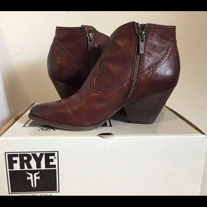 FRYE REINA BELT BOOTIES (7M) Brown